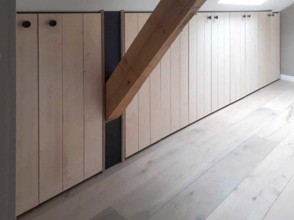 Maatwerkkast onder schuin dak